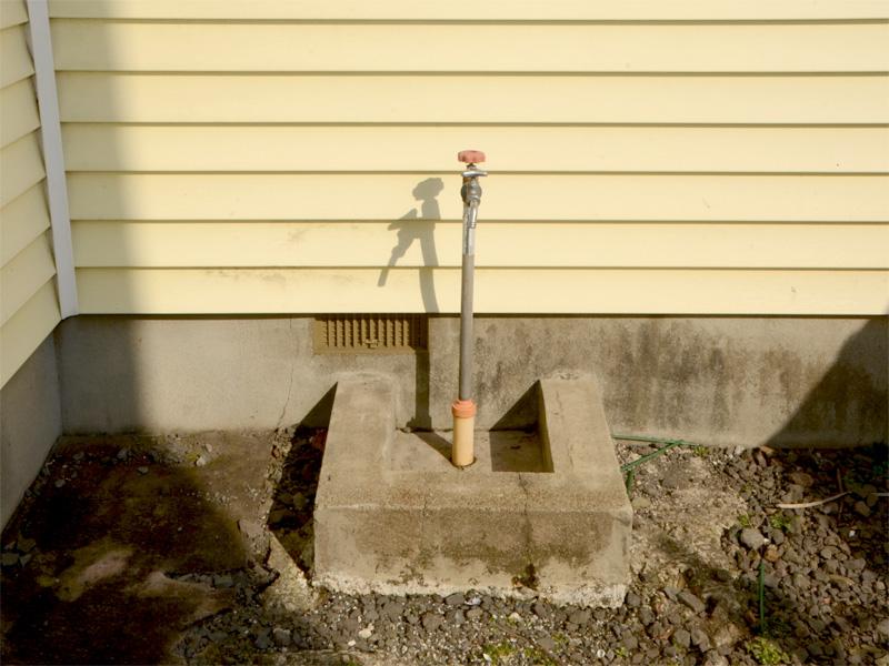 外・水道蛇口 お花の水やりや・洗車などに便利です。