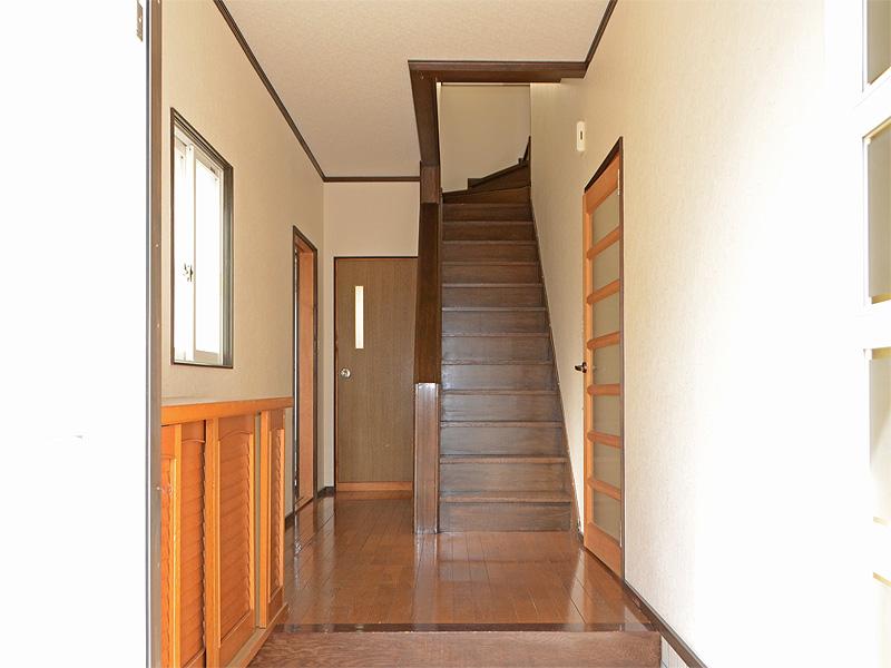 玄関スペースは明るく・広いです。突きあたりがトイレ、左手は洗面所・風呂場です。