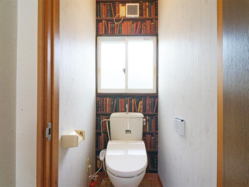 1F・明るいトイレ。ウォシュレット付き